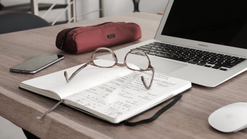Notizbuch vor dem MacBook