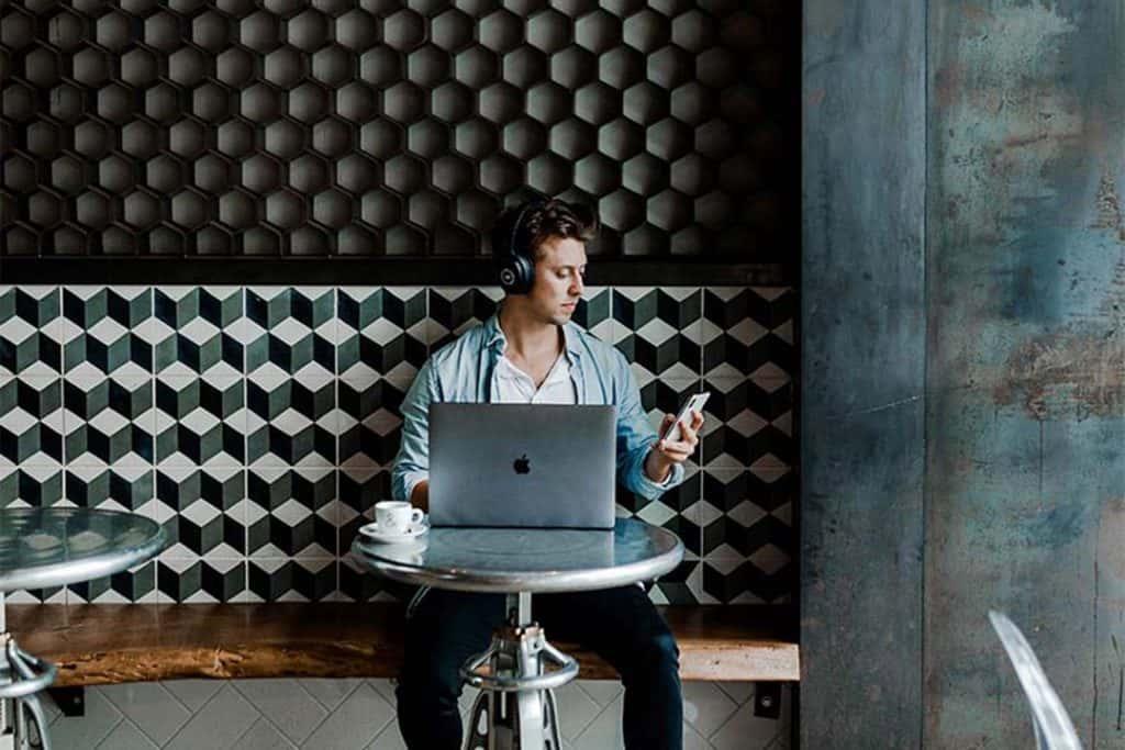 Mann arbeitet vor Laptop
