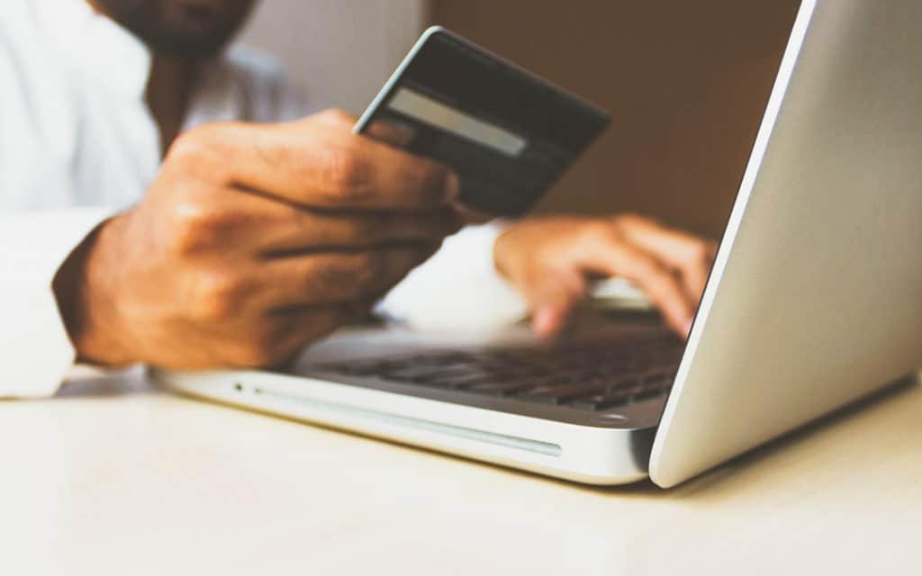 Kreditkarte vor Laptop
