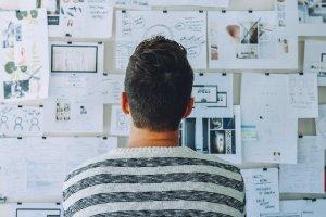 Mann vor einer Startup-Wall