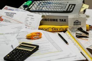 Rechnungen-und-Taschenrechner-auf-einem-Schreibtisch