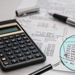 Taschenrechner auf einer Rechnung zur Rechnungsprüfung