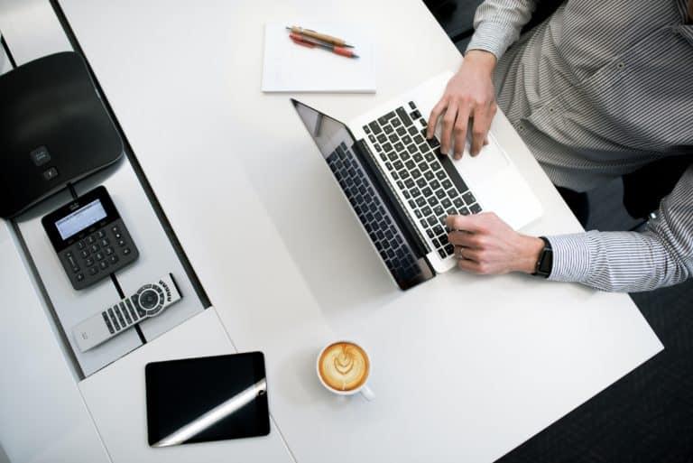 Mann sitzt vor einem Laptop fuer die Kontierung